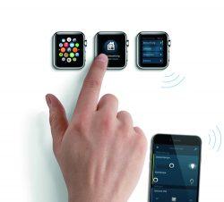 Durch Busch-ControlTouch® KNX werden Smartwatch, Smartphone oder Tablet zur praktischen Fernbedienung.